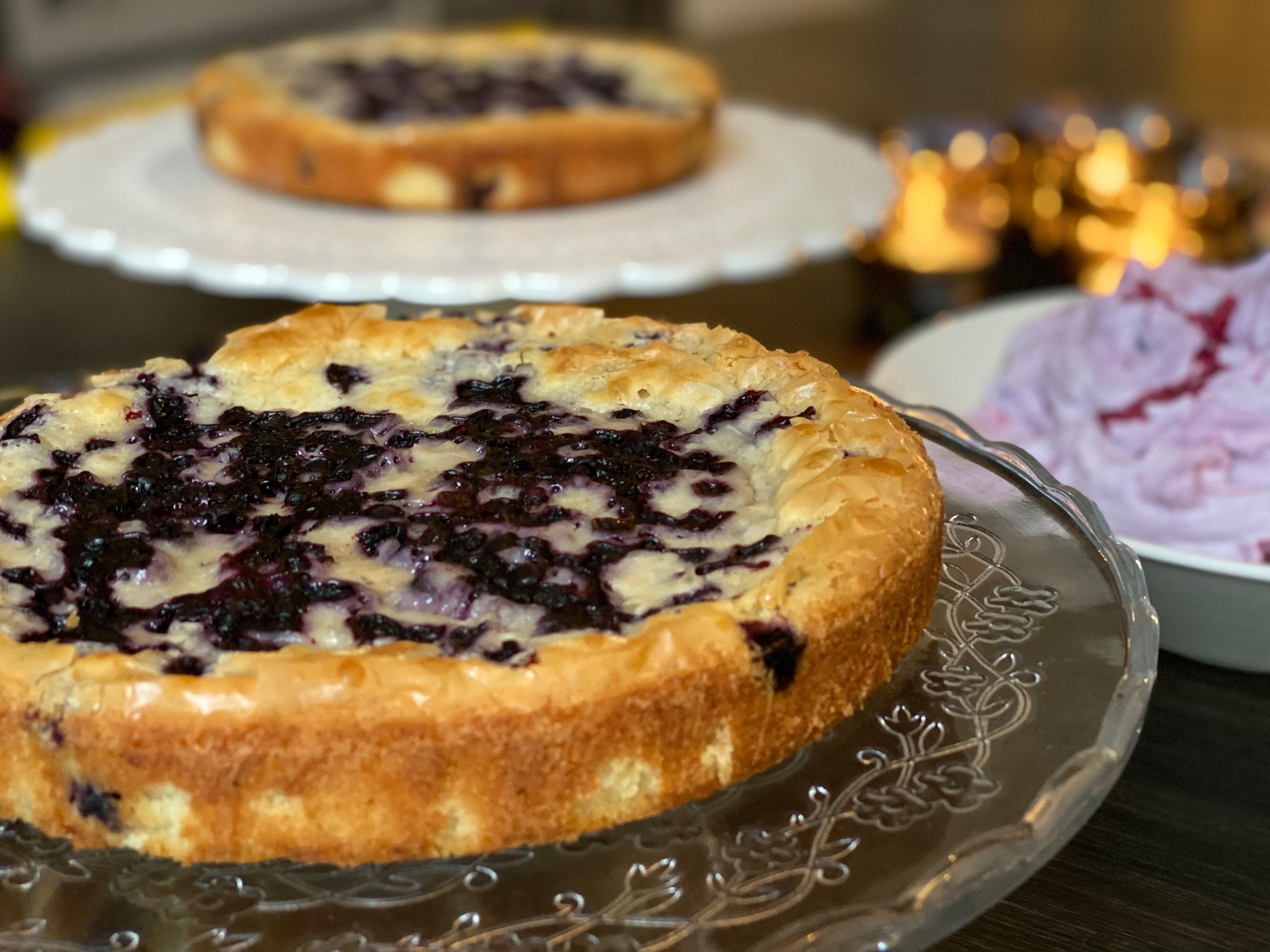 Vit chokladkladdkaka med blåbär